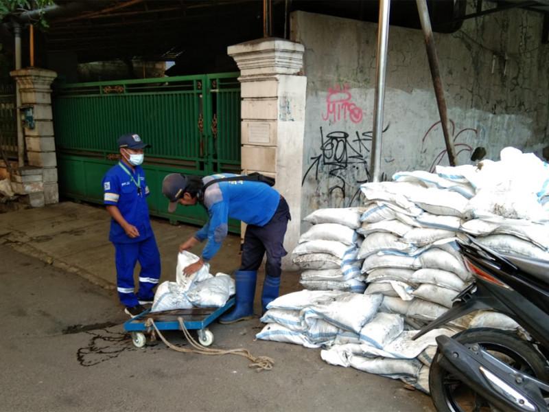 Pengurasan Saluran di Jalan Masjid Annur Jakarta Selatan
