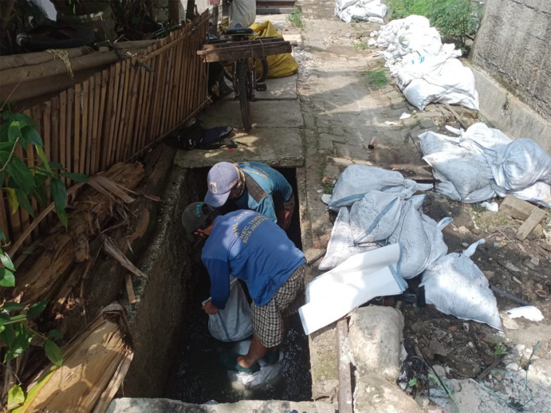 Pengurasan Saluran Jl Angke Indah GG 1 Tambora