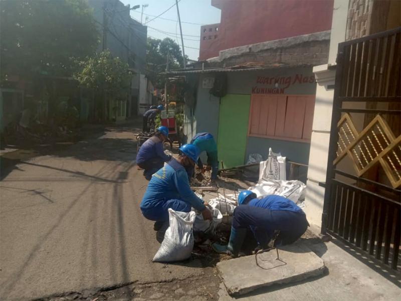 9 orang PKLG yang bekerja di lokasi kegiatan