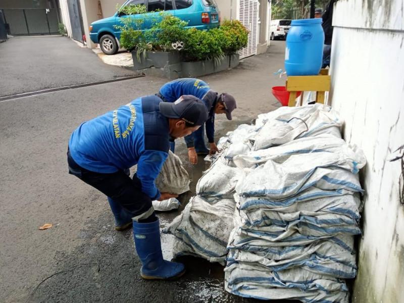 Kegiatan Pengurasan Saluran di Jl. Saraswati Ujung Jakarta Selatan
