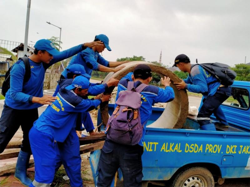 PKLG menaikkan beton ke mobil pick up