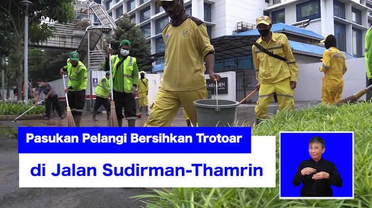 Pasukan Pelangi Bersihkan Trotoar di Jalan Sudirman-Thamrin