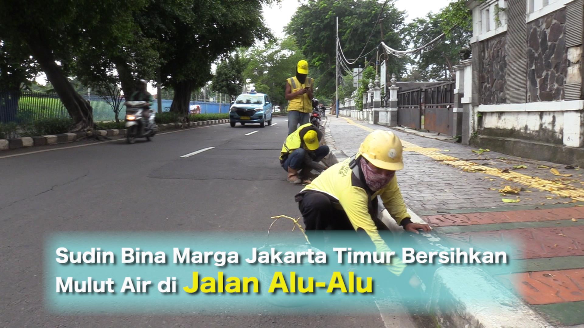 Sudin Bina Marga Jakarta Timur Bersihkan Mulut Air di Jalan Alu-Alu